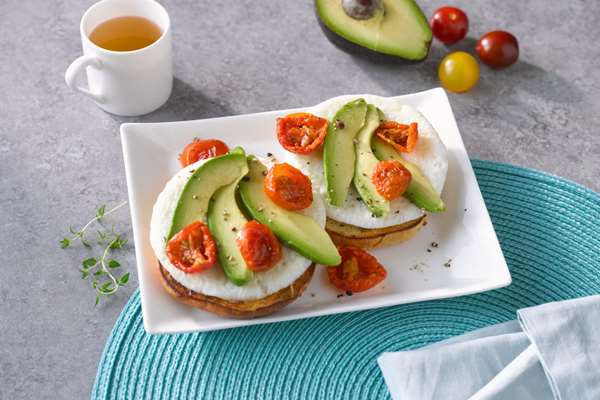Avocado Bagel with Egg and Tomatoes
